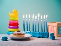 Día de fiesta judío Jánuca para los niños con los juguetes Foto de archivo libre de regalías