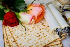 Día de fiesta judío de la primavera del concepto de la celebración de Pesah del libro tradicional de la pascua judía con el texto imagen de archivo libre de regalías