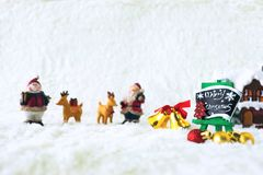 Día de fiesta de la decoración de la Navidad con Santa Claus y el muñeco de nieve en sno Imagenes de archivo