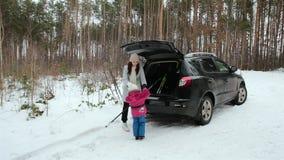 Día de fiesta de la familia en el bosque del invierno