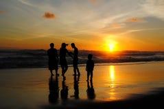 Día de fiesta de la familia en la playa de Parangtritis imagen de archivo libre de regalías