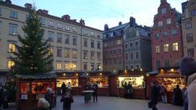 Día de fiesta de la Navidad justo en el Stortorget cuadrado grande en la ciudad vieja Gamla Stan, Estocolmo almacen de metraje de vídeo