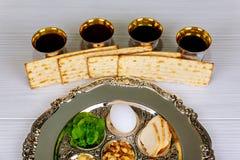 Día de fiesta de la pascua judía de la celebración de Pesah Texto tradicional de la placa del pesah en hebreo: Pascua judía, huev fotos de archivo