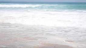 Día de fiesta de la playa de la arena Ondas en las orillas Playa tropical almacen de metraje de vídeo