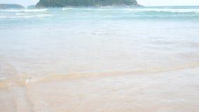 Día de fiesta de la playa de la arena Ondas en las orillas Playa tropical almacen de video