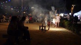 Día de fiesta de los fuegos artificiales en la playa almacen de metraje de vídeo