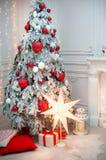 Día de fiesta o celebración del ` s del Año Nuevo, interior minimalistic de la Navidad elegante, presentes y regalos envueltos de Foto de archivo