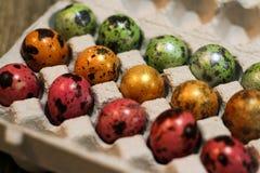 Día de fiesta de Pascua Huevos coloreados Pequeños huevos de codornices fotos de archivo libres de regalías