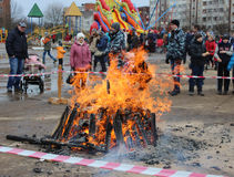 Día de fiesta popular ruso Shrovetide, en Gatchina, región de Leningrad, fotografía de archivo libre de regalías