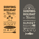 Día de fiesta que practica surf en los emblemas de Hawaii Imagenes de archivo