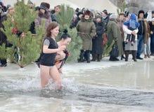 Día de fiesta religioso de la epifanía La gente se baña en invierno en el Samara del río Fotos de archivo libres de regalías