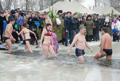 Día de fiesta religioso de la epifanía La gente se baña en invierno en el Samara del río Fotografía de archivo libre de regalías