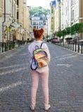 Día de fiesta rojo del adolescente de la escuela de la ciudad de la mañana de la muchacha del jengibre del viaje Imagenes de archivo