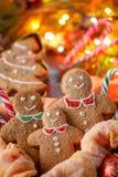 Día de fiesta tradicional de la familia Hombres del jengibre de la Navidad Postal por la Navidad y el Año Nuevo Imagenes de archivo