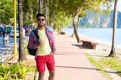 Día de fiesta tropical Guy Happy Smiling Summer Vacation del mar de la playa del hombre que camina hispánico joven Fotos de archivo libres de regalías