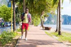 Día de fiesta tropical Guy Happy Smiling Summer Vacation del mar de la playa del hombre que camina hispánico joven imagenes de archivo