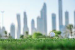Día de golf La pelota de golf está en la camiseta para una pelota de golf en el gree Imagen de archivo