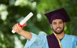 Día de graduación del estudiante masculino imagen de archivo