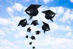 Día de graduación, imágenes de los casquillos de la graduación o sombrero que lanza en Fotos de archivo