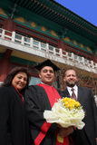 Día de graduación para un estudiante internacional en un universi asiático Imagen de archivo