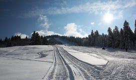 Día de invierno asoleado en montañas Fotografía de archivo