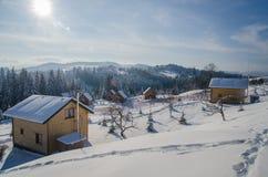Día de invierno brillante alto en las montañas Fotos de archivo