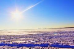 Día de invierno en el lago imagenes de archivo