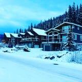 Día de invierno en la estación de esquí de los sunpeaks imagenes de archivo