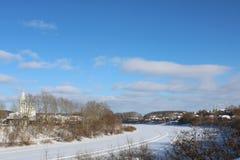 Día de invierno en la pequeña ciudad Fotos de archivo libres de regalías