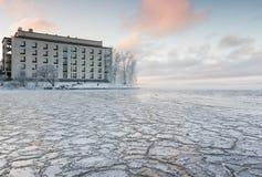 Día de invierno escarchado al lado del lago Foto de archivo