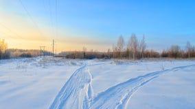Día de invierno frío con el cielo azul Imagen de archivo libre de regalías