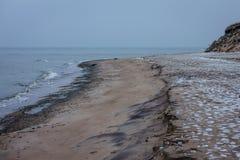 Día de invierno hivernal en la orilla del mar Báltico fotos de archivo libres de regalías