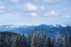 Día de invierno soleado en las montañas fotografía de archivo libre de regalías