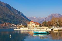 Día de invierno soleado en Montenegro Bahía de Kotor, ciudad de Dobrota fotos de archivo libres de regalías