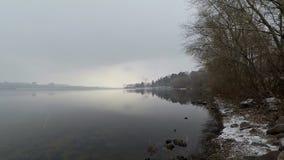 Día de invierno y hay una poca nieve y niebla, una puesta del sol hermosa sobre el río metrajes