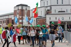 Día de juventud de mundo 2016 - peregrinos en el centro de papa Juan Pablo II Lagiewniki Cracovia fotografía de archivo