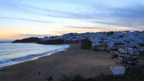 día de 4K UltraHD Timelapse a la noche de la playa en Albufeira, Portugal del clifftop metrajes