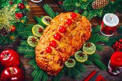 Día de la acción de gracias Tiempo de cena de la tabla de la Navidad con las carnes asadas adornadas en estilo de la Navidad Imagenes de archivo