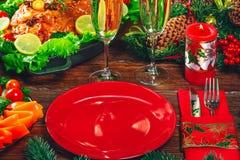 Día de la acción de gracias Tiempo de cena de la tabla de la Navidad con las carnes asadas adornadas en estilo de la Navidad El c Imagenes de archivo