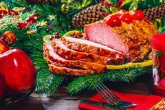 Día de la acción de gracias Tiempo de cena de la tabla de la Navidad con las carnes asadas adornadas en estilo de la Navidad El c Imagen de archivo