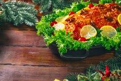 Día de la acción de gracias Tiempo de cena de la tabla de la Navidad con las carnes asadas adornadas en estilo de la Navidad El c Fotografía de archivo