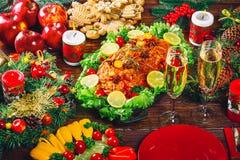 Día de la acción de gracias Tiempo de cena de la tabla de la Navidad con las carnes asadas adornadas en estilo de la Navidad El c Foto de archivo libre de regalías