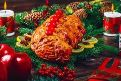 Día de la acción de gracias Tiempo de cena de la tabla de la Navidad con las carnes asadas adornadas en estilo de la Navidad El c Fotografía de archivo libre de regalías
