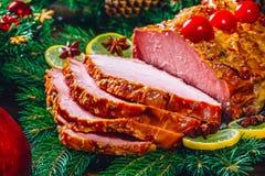 Día de la acción de gracias Tiempo de cena de la tabla de la Navidad con las carnes asadas adornadas en estilo de la Navidad El c Imágenes de archivo libres de regalías