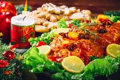 Día de la acción de gracias Tiempo de cena de la tabla de la Navidad con las carnes asadas adornadas en estilo de la Navidad El c Fotos de archivo libres de regalías