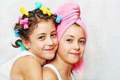 Día de la belleza de hermanas gemelas Imagen de archivo libre de regalías