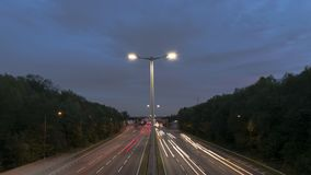 Día de la carretera de la autopista al lapso de la noche almacen de metraje de vídeo