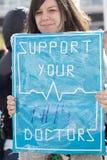 Día 2 de la huelga de 48 horas de Junior Doctors Foto de archivo libre de regalías