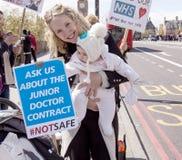 Día 2 de la huelga de 48 horas de Junior Doctors Fotos de archivo libres de regalías
