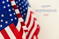 Día de la Independencia feliz del texto y banderas americanas imagen de archivo